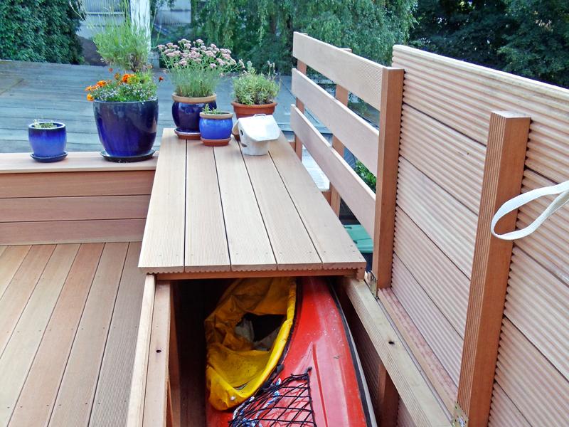 Holzterrasse mit Verstauraum für Boot