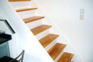 Treppenaufarbeitung Trittstufe Natur Setzstufen und Wangen weiß Frankfurt